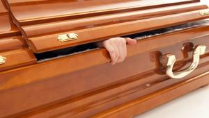 """Khó tin: """"Người chết"""" bống xuất hiện ở đám tang của chính mình"""