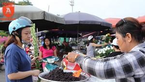"""[ẢNH] Xem người Hà Nội đi chợ ăn Tết """"giết sâu bọ"""""""