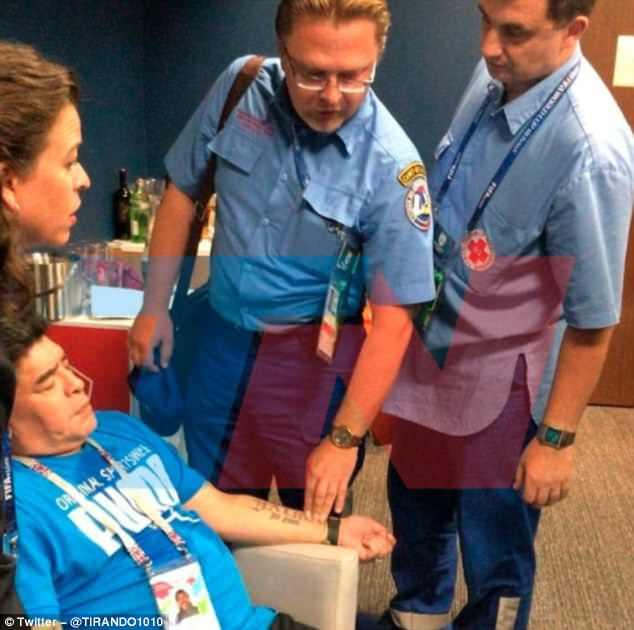 Hình ảnh: Maradona phải nhập viện vì sự quá khích sau chiến thắng của Argentina số 4