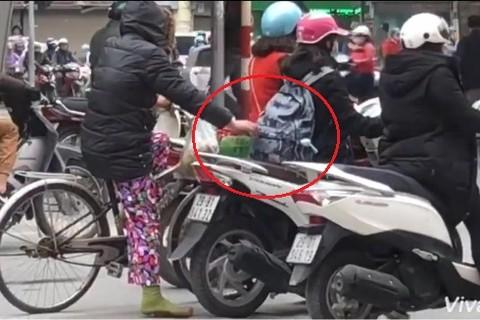 [Video]Đang điều tra vụ người phụ nữ đi xe đạp móc túi ở ngã tư Bạch Mai – Phố Huế