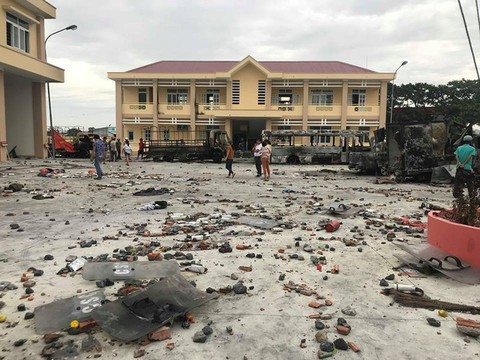 Hậu quả hành vi của các đối tượng quá khích tại Trụ sở Cảnh sát PCCC tỉnh Bình Thuận. (Ảnh: Phạm Nguyễn).