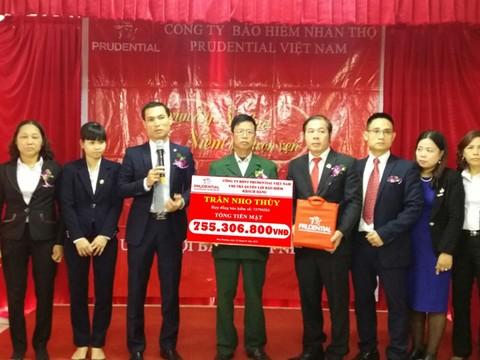 Prudential chi trả hơn 2 tỷ đồng quyền lợi bảo hiểm cho khách hàng Hà Nội và Bắc Giang