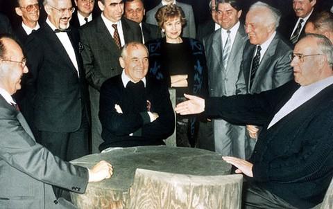 Chủ tịch Xô Viết tối cao Liên Xô Mikhail Gorbachev gặp Thủ tướng Đức Helmut Kohl tại Liên Xô ngày 15-7-1990