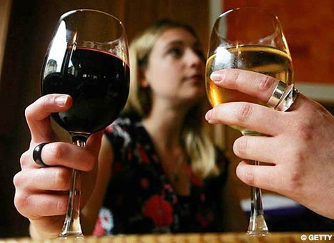 drinking alcohol dehydrates the body Drinking alcohol can affect many parts of your body, including your kidneys a little alcohol—one or two drinks when alcohol dehydrates (dries out) the body.